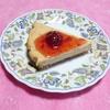 嫁手作りのストロベリーチーズケーキ 苺ジャムソース添え より。