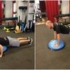 プッシュアップのバリエーション(BOSUを用いたプッシュアップは、肩関節安定筋群、すなわち僧帽筋の上部、中部、下部における筋活動を増加させ、前鋸筋の筋活動を減少させる)
