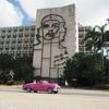 キューバの首都ハバナの革命広場にてクラシックカー撮影