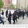 アメリカニューヨーク州バッファローの抗議デモの現場で,先週75歳の男性が警察官に突き飛ばされて後頭部から転倒し大けがを負いました.  この男性について,トランプ大統領は,ツイッターへの投稿で,反ファシズムを掲げるアンティファの関係者で,自ら転倒した可能性があるという認識を示し,ニューヨーク州のクオモ知事などから非難の声が上がっています.アメリカABC NHKキャッチ 世界のトップニュース
