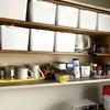ミニマリストに憧れるマダム家、汚台所の棚を片付ける。