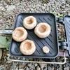 【キャンプ飯】マッシュルームにチーズつめてベーコン巻いて焼くやつでしょう