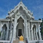 ワット・カウ・コラワラム(Wat Kaew Ko Wararam)~クラビタウンにある白亜の寺院とシティホール