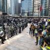 香港金融街で機動隊とオフィスワーカーが睨み合い