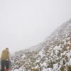 花冷の奥物部遊山 稜線の雪