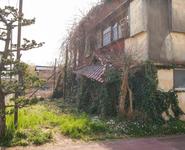 使われていない建物と空き地