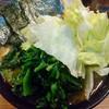 相模大野「クックら」で中盛りラーメンほうれん草レタストッピングを食べる。緑色に染まった濃厚家系ラーメンとは何と健康的凶悪的旨さなのだろうか…