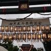 【四天王寺 西大門】雨と風に揺れる灯篭【盂蘭盆会 うらぼんえ】