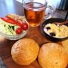 今日の朝食ワンプレート、ライ麦ロール、紅茶、ツナとキャベツときゅうりのサラダ、バナナブルーベリーグラノーラヨーグルト