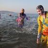 【青島一世風靡】次世代フェイスキニが中国の浜辺を悩殺