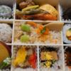 金沢市保古にある芝寿し保古店で、華(はなやか)をTABETEアプリを使ってテイクアウト。初夏の彩り。このお弁当で季節感じてるかも。