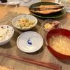 豆ごはん、マカロニサラダ、ホタルイカ、鮭、大根の味噌汁