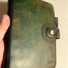 色ムラの気になるシステム手帳(革製品)にヤスリがけをしてオイルを塗り込み色の変化を確認する。