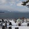 雪の外国人墓地から眺める函館港。