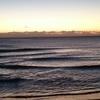 サーフィンは自然が相手。波のない朝、曙の海で気分だけはリフレッシュ