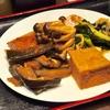 豊洲の「米花」でお惣菜盛り合わせ(塩鮭、ニシンショウガ煮、しめじマリネ、なすピリ辛炒め、新玉ねぎとワカメの辛子酢味噌和え、厚揚げ煮)。