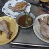 幸運な病のレシピ( 1822 )夜:鶏モモの悪魔風、ダラリの煮つけ、刺し身、餃子(市販品)、汁、父の食事風景