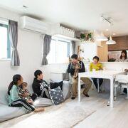 """""""秘密のドア""""で二世帯がつながる、完全分離型の3階建て住宅"""