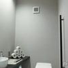 お隣さんのトイレが丸見え! トイレに窓を付けないと言う選択は正解だった!