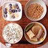 煮物、バナナブルーベリーヨーグルト、小粒納豆。