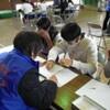 木屋小学校6年生 高齢者擬似体験学習を行う