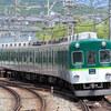 走り抜ける「昭和の鉄道」 京の都から浪速へ川沿いを走る老兵・京阪2200系電車