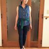 夏のダンガリーなら女っぽさを上げるノースリーブのデニムシャツ