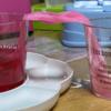 ティッシュを使ってコップの水を移す