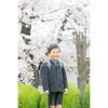 満開の桜をバックに、ランドセル姿で記念写真を。
