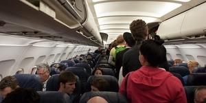 飛行機の座席トラブル:デブサンドイッチ問題を解決するには