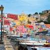 イタリア・プローチダ島の極彩色の街並みへ。素朴な暮らしに息づく美しさとは