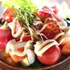 砂糖を煮詰めた濃いめのタレで刺身と野菜がウマい「海鮮居酒屋風刺身サラダ丼」【魚屋三代目】