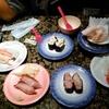 【今日の食卓】久々のダイマル水産。味にうるさいサルちゃんは、スシローより好きだそう。 Sushi lunch at Daimaru Suisan. #寿司 #スシロー #ダイマル水産  #食探三昧