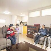 親戚もママ友も集う、床暖房をふんだんに入れた二世帯住宅