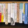 Twitterの読書アカウントで、背景画像を「本棚に並んでいる本の写真」にしている人、本によって高さが違うでしょ?本を上端でそろえて写真を撮る技を紹介!