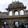 インドのウダイプル、湖畔にそびえ立つ宮殿「シティ・パレス」