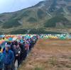 【画像】 4連休でキャンプ場が大混雑 野外トイレ1時間待ちの長蛇の列