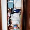 廊下の収納庫の断捨離。袋類が無造作に突っ込まれるカオス空間を整え直す。