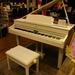 広島府中店ピアノ&音楽教室ブログ Vol.1 「白いピアノがお店に!」