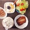いわし蒲焼き、レタスサラダ、小粒納豆、バナナヨーグルト。