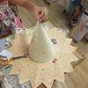 2年生:図工 わっかで変身 ぼうしを飾る