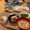 ご飯と豚バラの塩焼き、菜花の辛子醤油和え、鰹の刺身と鯖の塩焼き、なめこの味噌汁