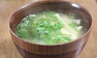 味噌を2回に分けて溶けば、味噌汁の風味を最大限に生かせる