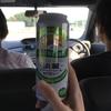 人が、運転している、車の中で飲む酒はうまい