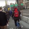 """""""自転車専用車線""""を走るジェダイの勇姿、ブルックリン橋で『スター・ウォーズ』のテーマを歌いながら正義を貫く男の物語。"""