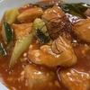 ズッキーニのような大きなきゅうりと鶏のチリソース煮。