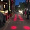 夜、プロジェクションマッピング多用の街中がバブリー