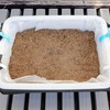 ベビーリーフを育てるための栽培装置を紹介。水切りカゴに不織布を敷いて培地を入れましょう