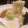 透き通った黄金の地鶏スープ。容易に飲み干せる上品なワンタン麺をいただく。【地鶏らーめん翔鶴(高崎・棟高町)】