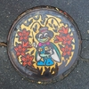 長野県北安曇郡松川村のマンホールの蓋には、松川村キャラクター「りん太」が描かれているよ。